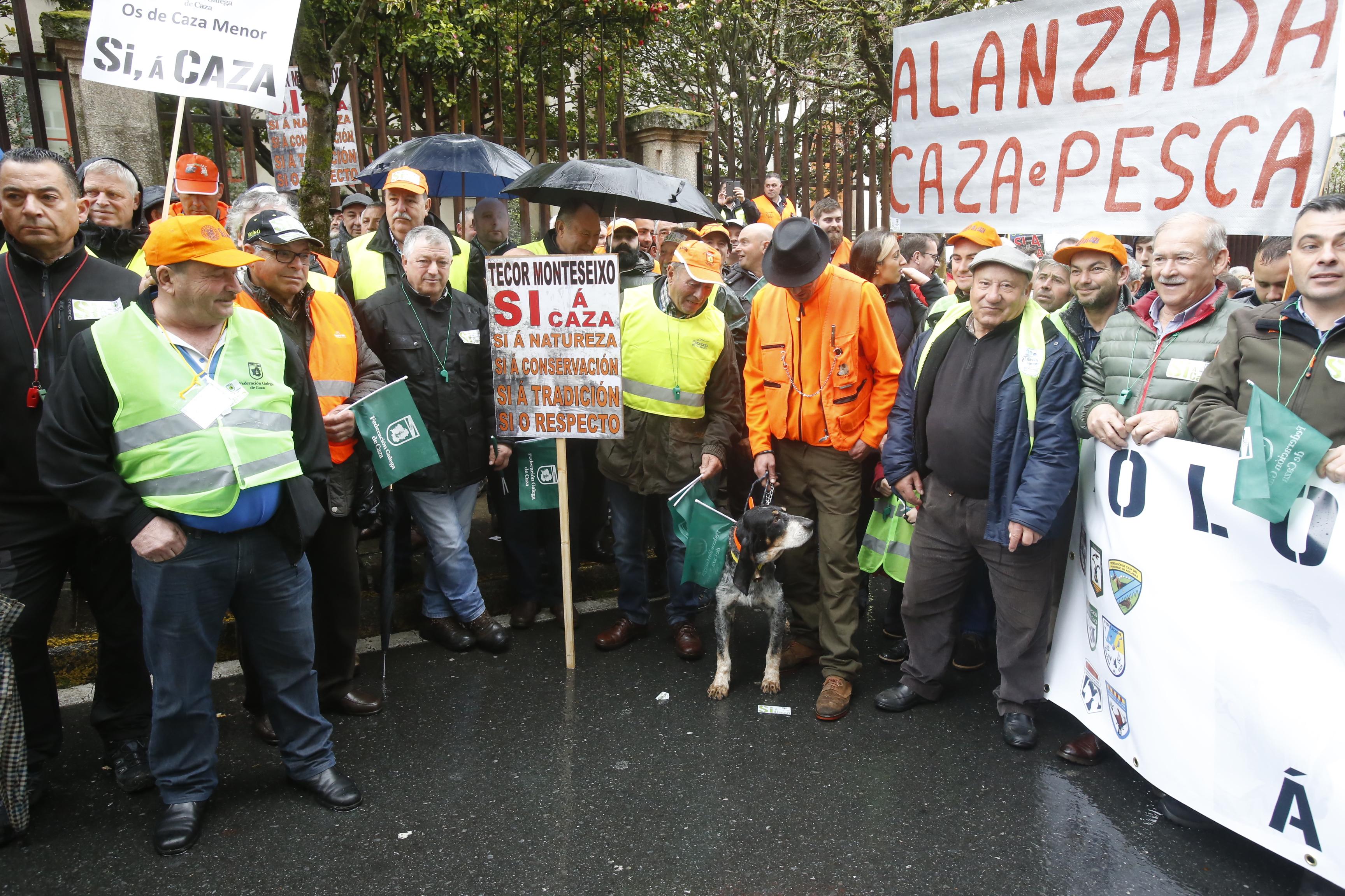 Los cazadores, ayer en Santiago a las puertas del Parlamento gallego - FOTO: FERNANDO BLANCO