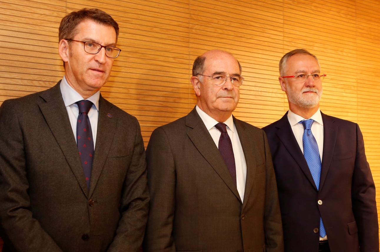 José Sierra, presidente de Urovesa, entre el titular de la Xunta y el presidente del Club Financiero de Santiago - FOTO: A.H.