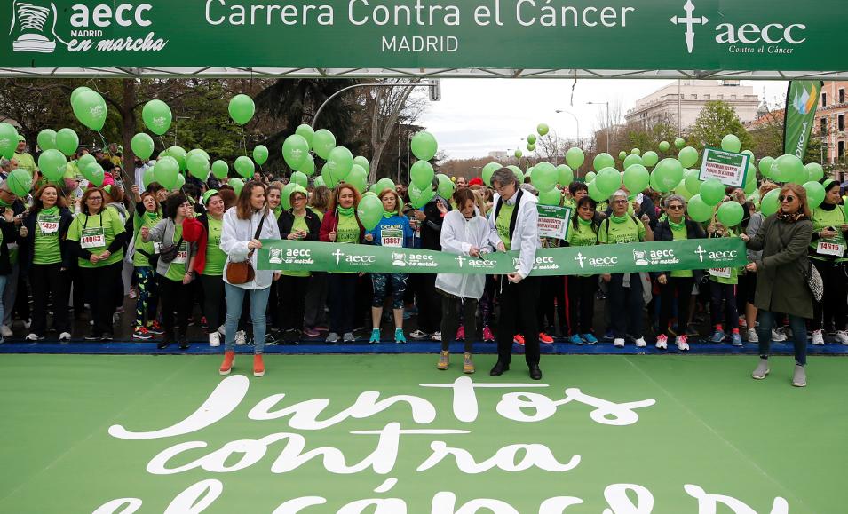 Laura Ruiz de Galarreta, de la AECC, centro izda., antes de la prueba. - FOTO: ECG
