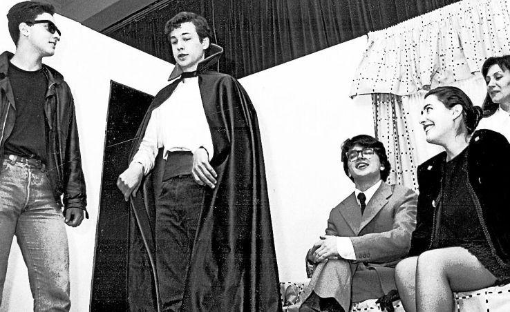 Representación teatral de la obra 'Coidado co dos Cornos' en el instituto Rosalía en el año 1991 - FOTO: Lado