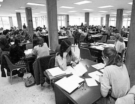Universitarios estudiando en la 'ligoteca' de la Facultad de Derecho de la USC en los años 90 - FOTO: ecg