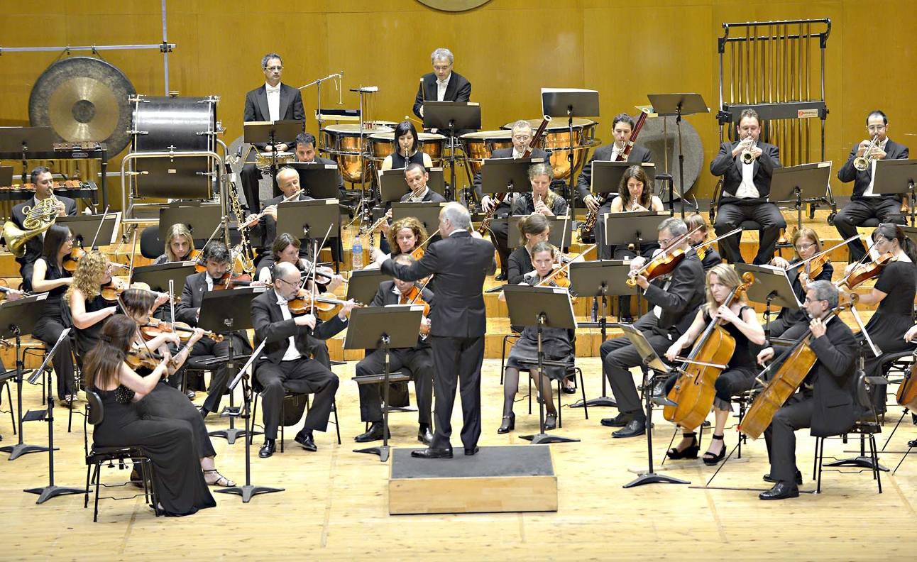 Maximino Zumalave dirixindo un dos ensaios cos músicos da Real Filharmonía de Galicia  - FOTO: Consorcio de Santiago