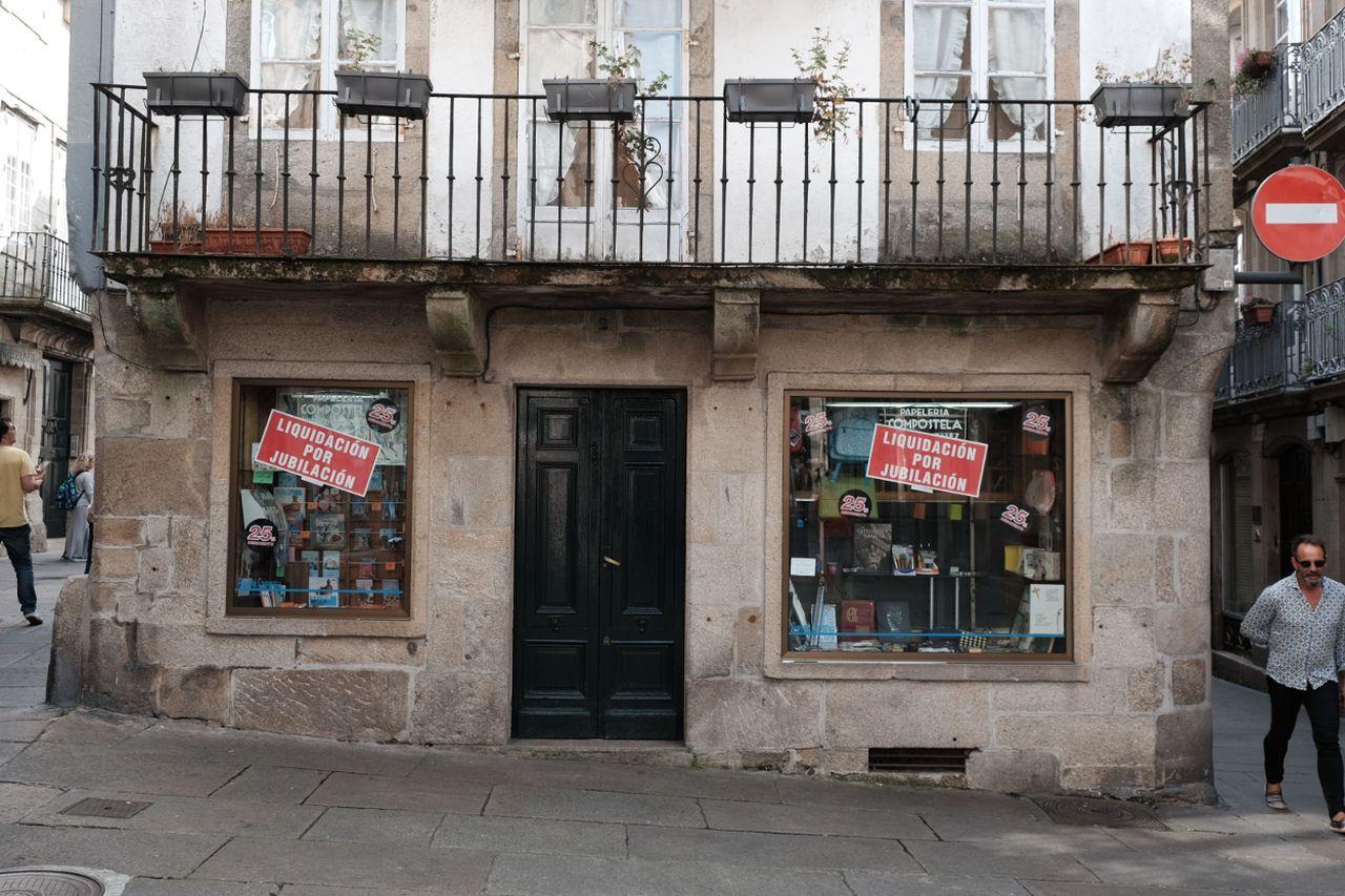 La papelería Compostela ha sido uno de los negocios de la zona vieja que ha tenido que cerrar - FOTO: Arxina