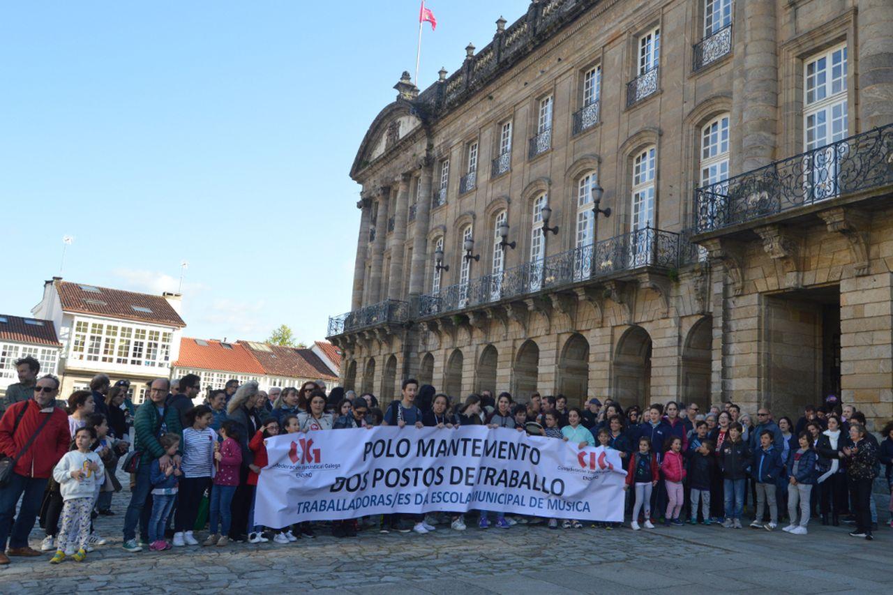 Concentración de padres y alumnos de la Escola en la tarde de ayer frente a Raxoi - FOTO: Marinha M. Placer