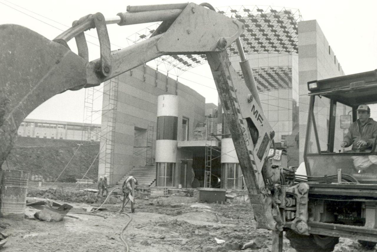 Obras de instalación del pabellón en el barrio compostelano de San Lázaro en 1994 - FOTO: ECG