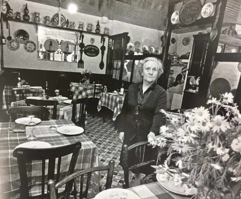 Maruja Neira en el comedor del emblemático restaurante El Asesino, en una instantánea de los años ochenta