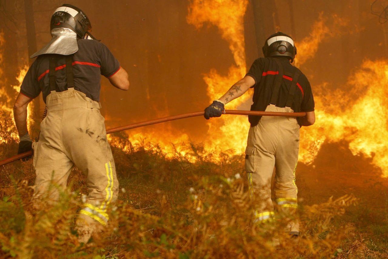 Agentes del servicio contraincendios trabajando en Zamanes, en Vigo, durante la ola de fuegos del pasado octubre  - FOTO: EFE