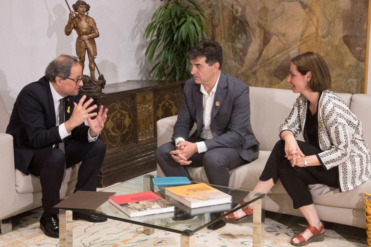BARCELONA, 12/06/2018.- El presidente de la Generalitat, Quim Torra (i), conversa con el presidente del grupo parlamentario de ERC, Sergi Sabrià (c), y la portavoz, Anna Caula (d), durante la reunión que han mantenido este martes en Barcelona, dentro de su ronda de contactos con líderes parlamentarios catalanes.  - FOTO: EFE/Marta Pérez
