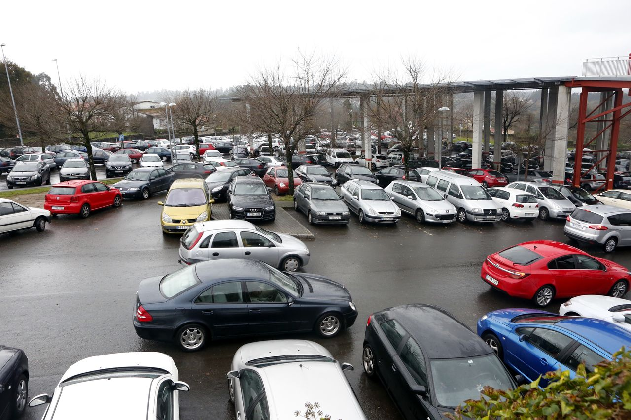 Zona de aparcamiento gratuito, en las inmediaciones del hospital Clínico de Santiago - FOTO: Antonio Hernández