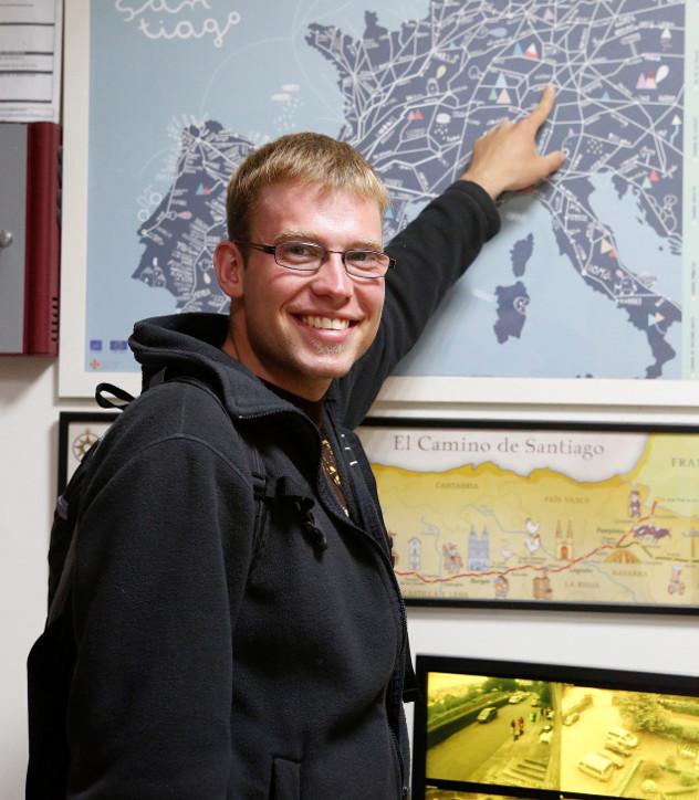 Jonathan Hesse señalando en un mapa la ciudad desde donde partió para hacer el Camino - FOTO: Antonio Hernández