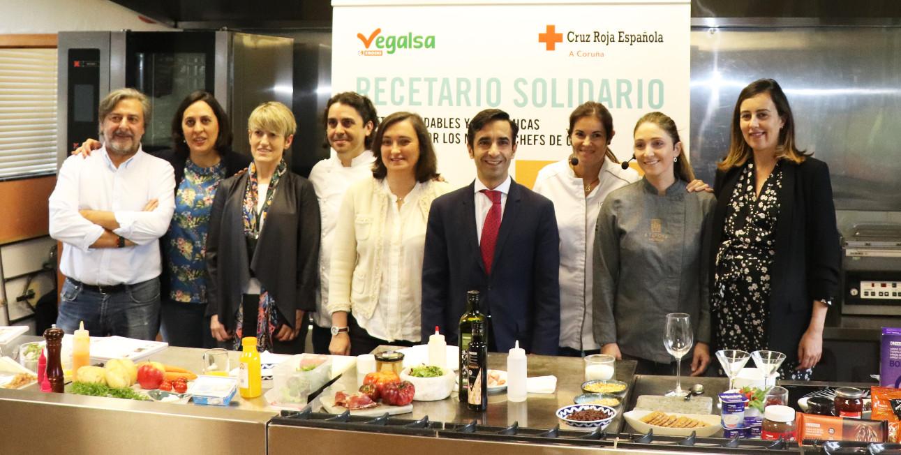 El conselleiro de Política Social, José Manuel Rey, en el centro, ayer durante la presentación del recetario.  - FOTO: ECG