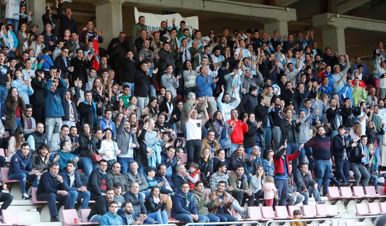 Aficionados del Compostela durante el partido disputado el pasado domingo frente al Terrassa.  - FOTO: ECG