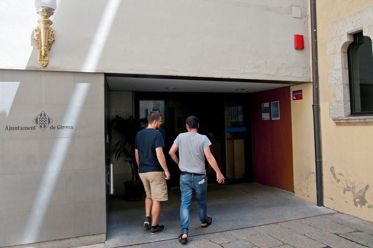 GIRONA, 13/06/2018.- Unos empleados entran en el ayuntamiento de Girona, donde agentes de la Guardia Civil se han personado para pedir documentación sobre un supuesto desvío de fondos públicos en la gestión de la compañía municipal de aguas, Agissa, en una época en la que Carles Puigdemont era alcalde de esta ciudad. - FOTO: EFE/Robin Townsend