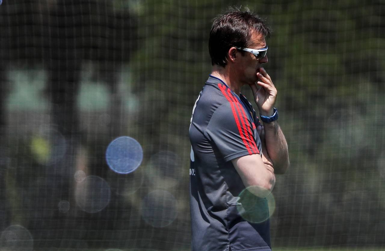 KRASNODAR (RUSIA), 12/06/2018.- El seleccionador de España Julen Lopetegui dirige un entrenamiento el martes 12 de junio de 2018, en Krasnodar (Rusia) - FOTO: EFE/Javier Etxezarreta