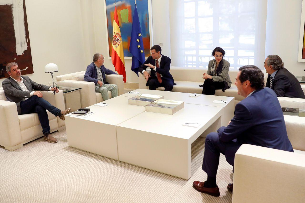 MADRID, 13/06/2018.- El presidente del Gobieno, Pedro Sánchez (3i), acompañado por la ministra de Trabajo, Magdalena Valerio (3i), recibe al presidente de CEPYME, Antonio Garamendi (d), el presidente de la CEOE, Juan Rosell (2d), el secretario general de UGT, Pepe Álvarez (2i), y el secretario general de CC.OO, Unai Sordo, en el Palacio de la Moncloa.  - FOTO: EFE/ Chema Moya