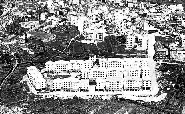 Vista de la capital gallega con las Casas de Ramírez en primer plano en el año 1969.  - FOTO: ECG