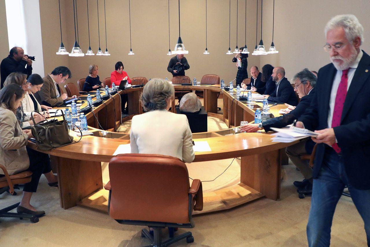 El presidente del Parlamento, Miguel Santalicies, a la derecha de pie, presidió la Junta de Portavoces - FOTO: EFE
