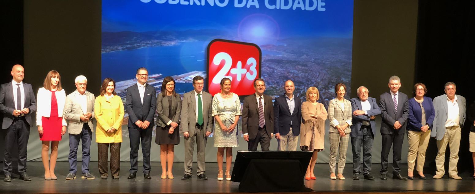 Abel Caballero, en el centro, antes de presentar el balance de los 3 años de gobierno con los dieciséis concejales de su ejecutivo. - FOTO: Maite Gimeno