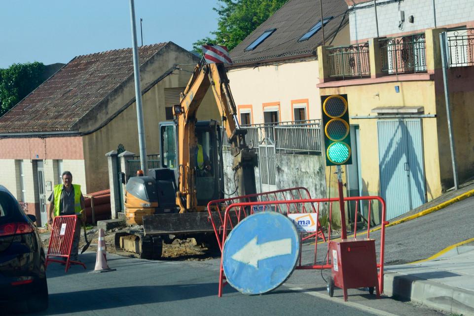 La obra en la avenida de Ferrol obliga a regular el tráfico con semáforos portátiles.  - FOTO: ECG