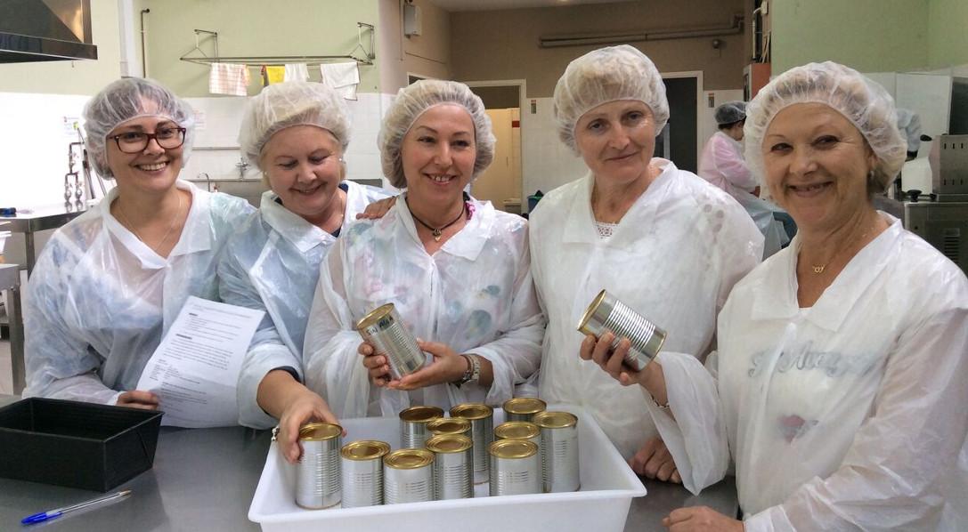 Algunas de las mujeres que participaron en el taller práctico del programa 'Saberes e sabores'.  - FOTO: ECG