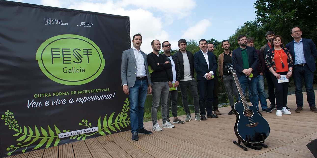 Román Rodríguez, 5º esq., cos participantes na presentación da nova marca Fest Galicia, onte na Cidade da Cultura.  - FOTO: ECG