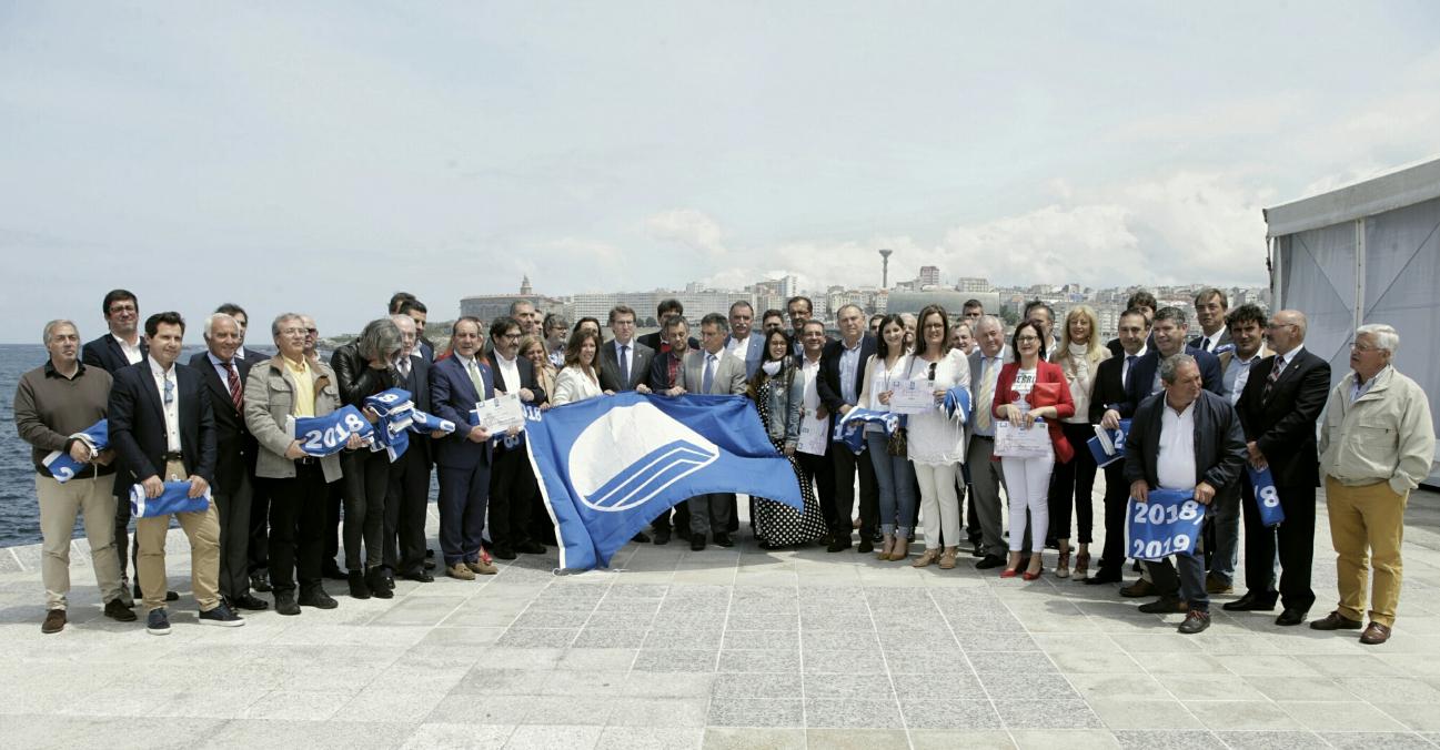 Fotografía de familia do presidente da Xunta cos participantes na entrega das bandeiras azuis, onte na Coruña.  - FOTO: ECG