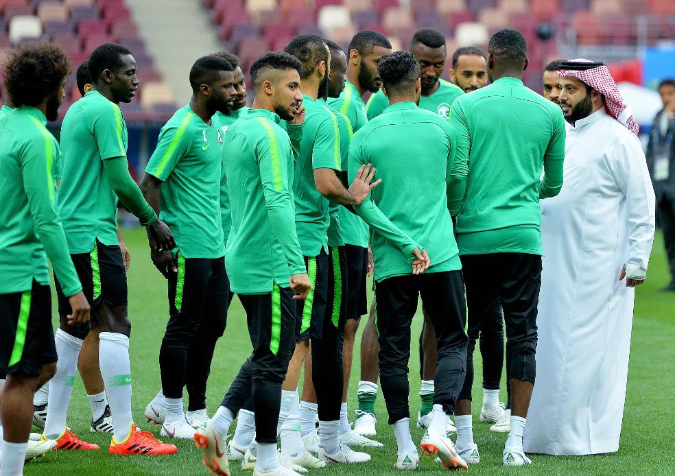 El ministro de Deportes saudí visitó ayer a su selección en Moscú.  - FOTO: ECG