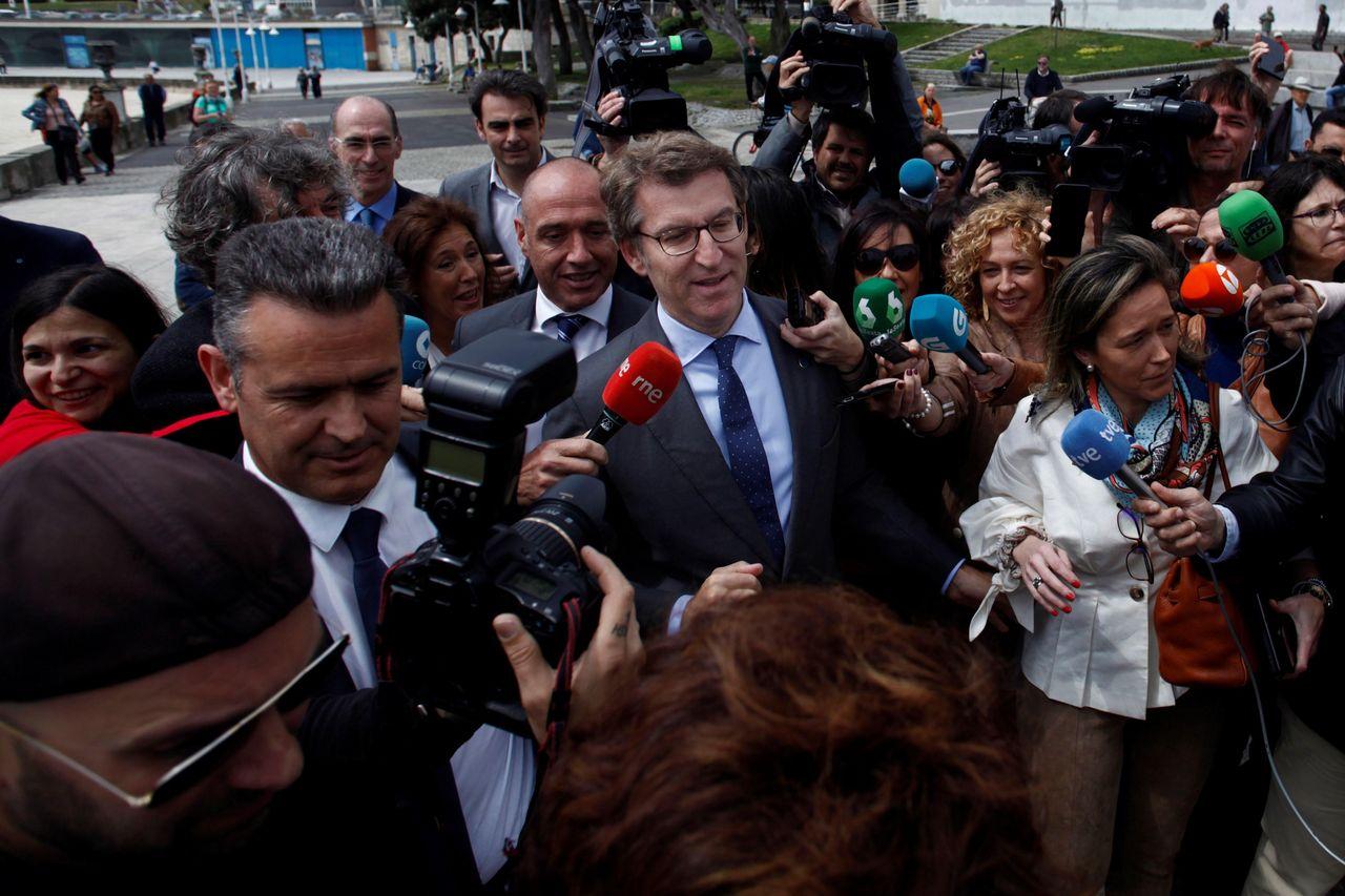 El presidente de la Xunta de Galicia, Alberto Núñez Feijóo, rodeado de periodistas y reporteros gráficos momentos antes del acto de entrega de las Banderas Azules 2018, celebrado este miércoles en A Coruña.  - FOTO: EFE/Cabalar