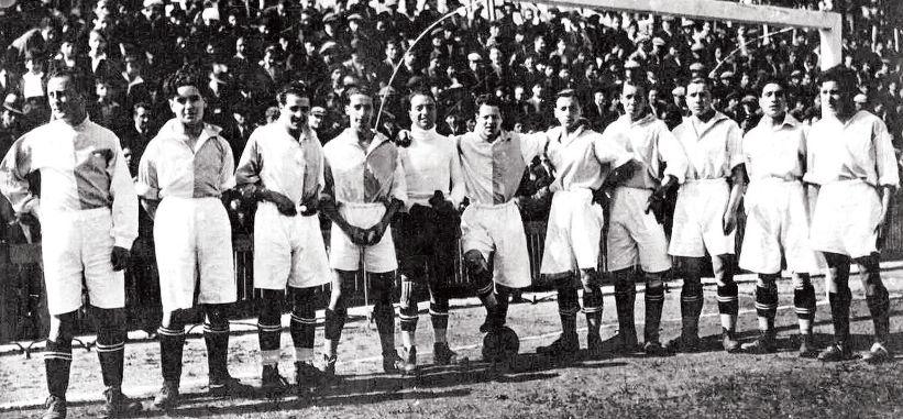 Alineación del Compostela Sporting Club, en el Campo de la Choupana, en el año 1928. El club se registró ofcialmente ese mismo año.  - FOTO: ECG