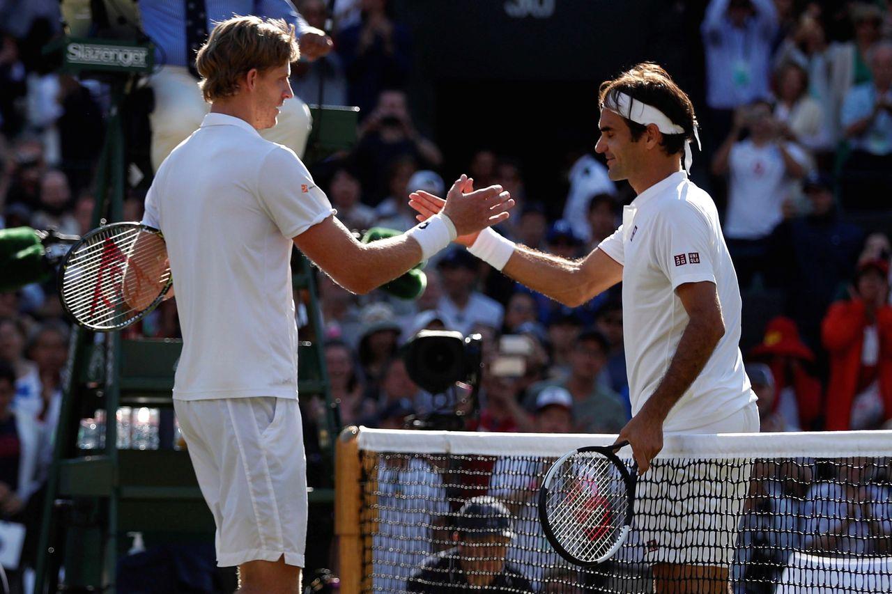 Kevin Anderson estrecha la mano a Roger Federer tras el partido   - FOTO: Efe