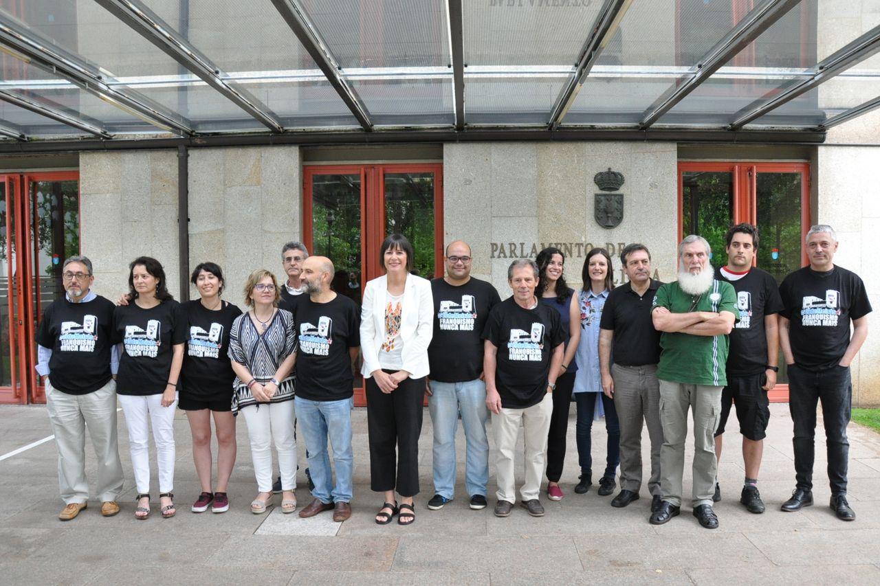 La portavoz del BNG, Ana Pontón, en el centro, con 14 de `Los 19 de Meirás´, este miércoles delante del Parlamento de Galicia - FOTO: BNG