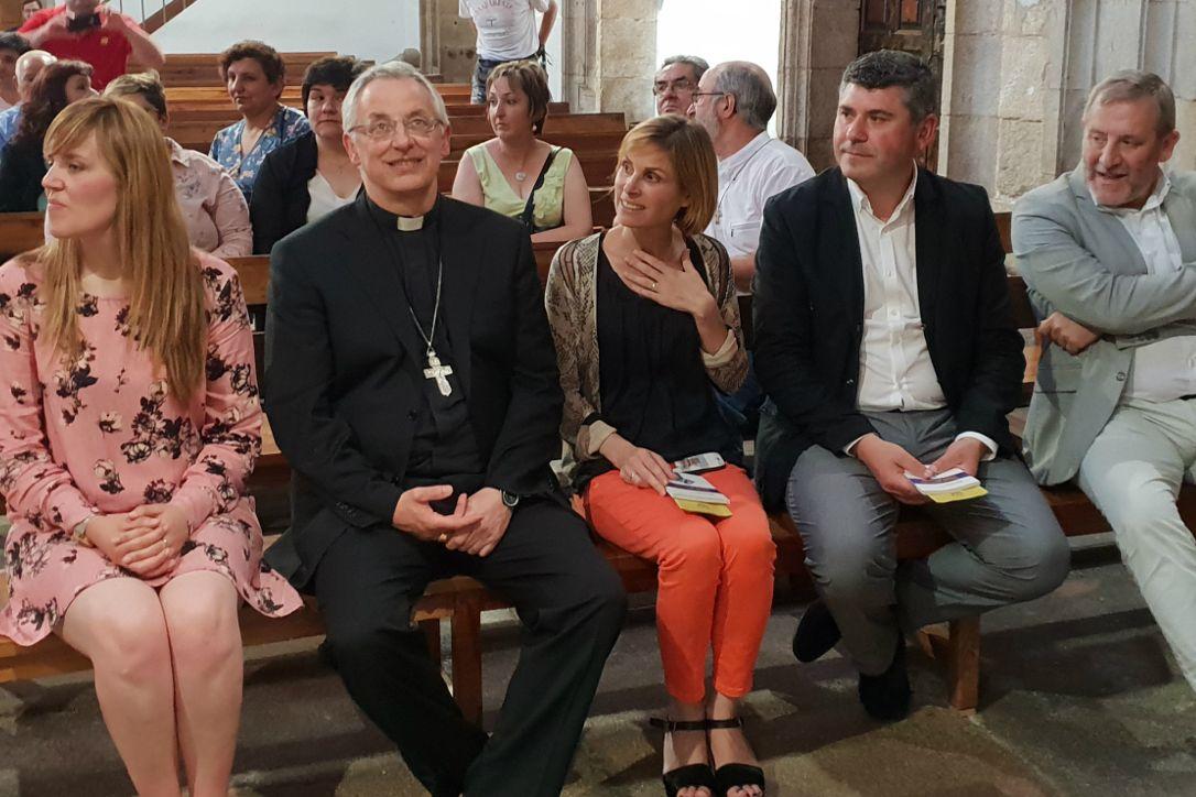 Nava Castro, no centro, Ovidio Rodeiro ao lado e a alcaldesa de Melide Dalia García, na igrexa de San Pedro - FOTO: Xunta