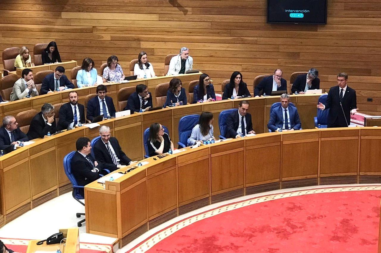 Alberto Núñez Feijóo, a la derecha, durante su intervención este miércoles en el Parlamento de Galicia - FOTO: E.P.