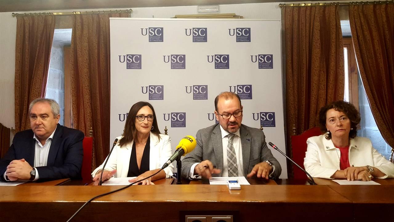 El rector de la USC, Antonio López, segundo por la derecha, en rueda de prensa - FOTO: EP