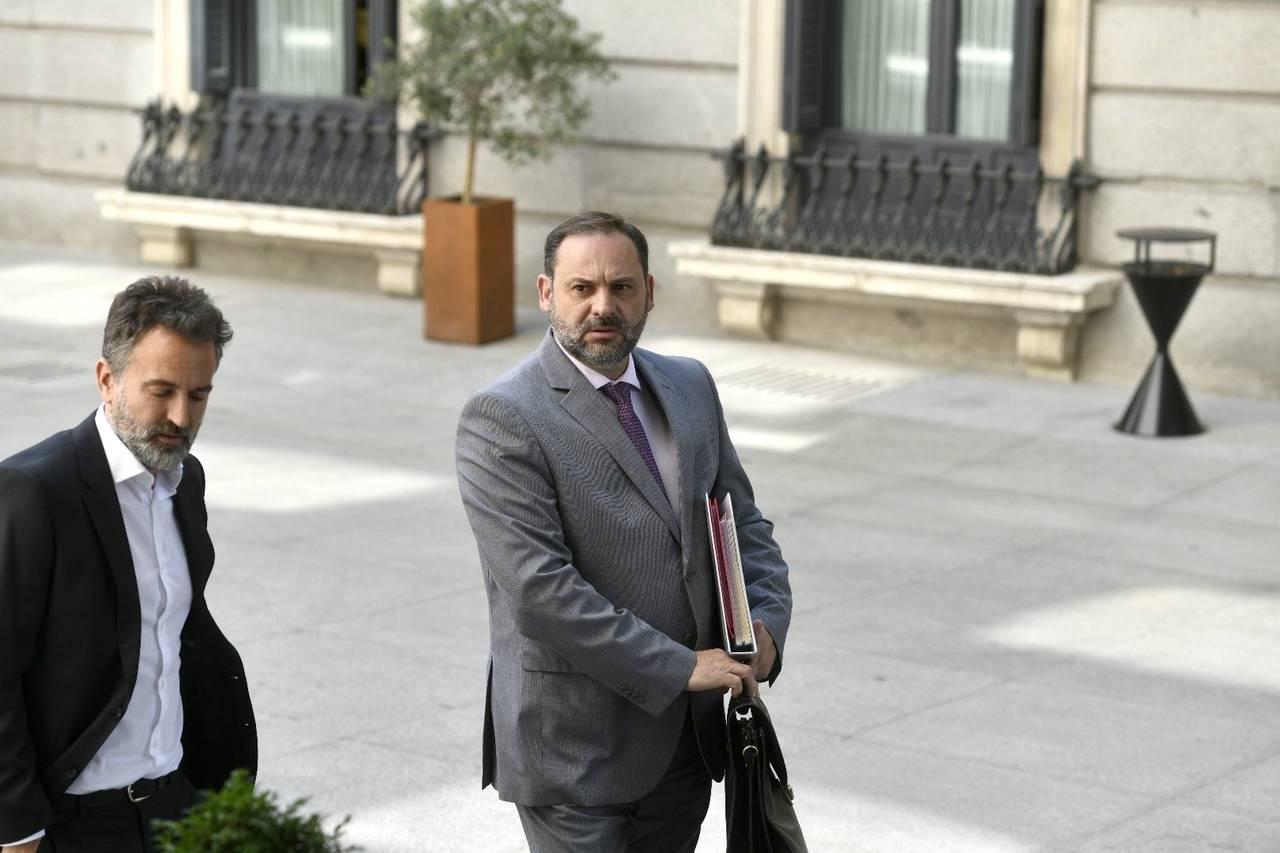José Luis Ábalos llega al Congreso para comparecer en la Comisión de Fomento  - FOTO: ÓSCAR DEL POZO/EUROPA PRESS