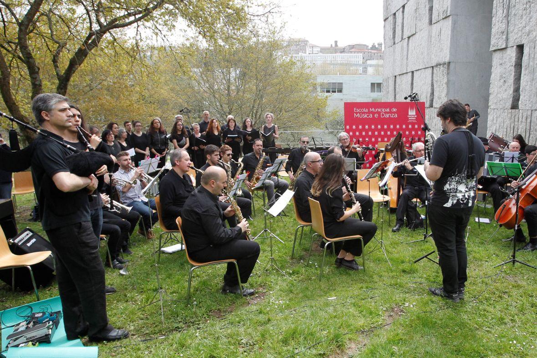 Actuación de profesores y alumnos de la Escola Municipal de Música en el exterior de las instalaciones - FOTO: A. Hernández