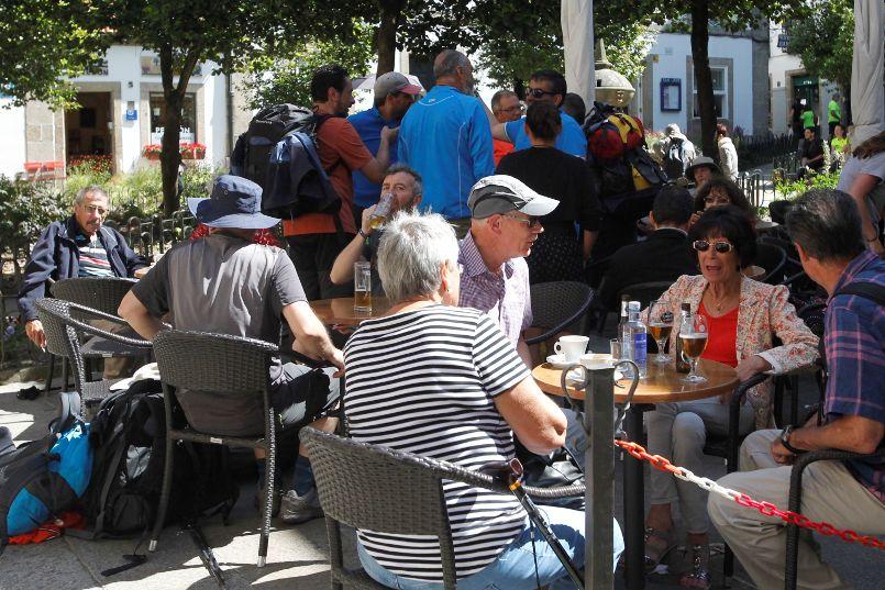 Turistas en una terraza situada en el casco histórico de Santiago - FOTO: Antonio Hernández