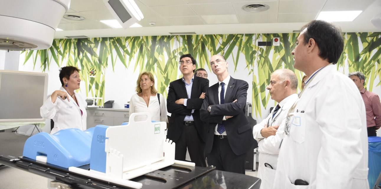Rocío Mosquera, gerente de Galaria, con el conselleiro Vázquez Almuiña en Radiología del Hospital del Meixoeiro