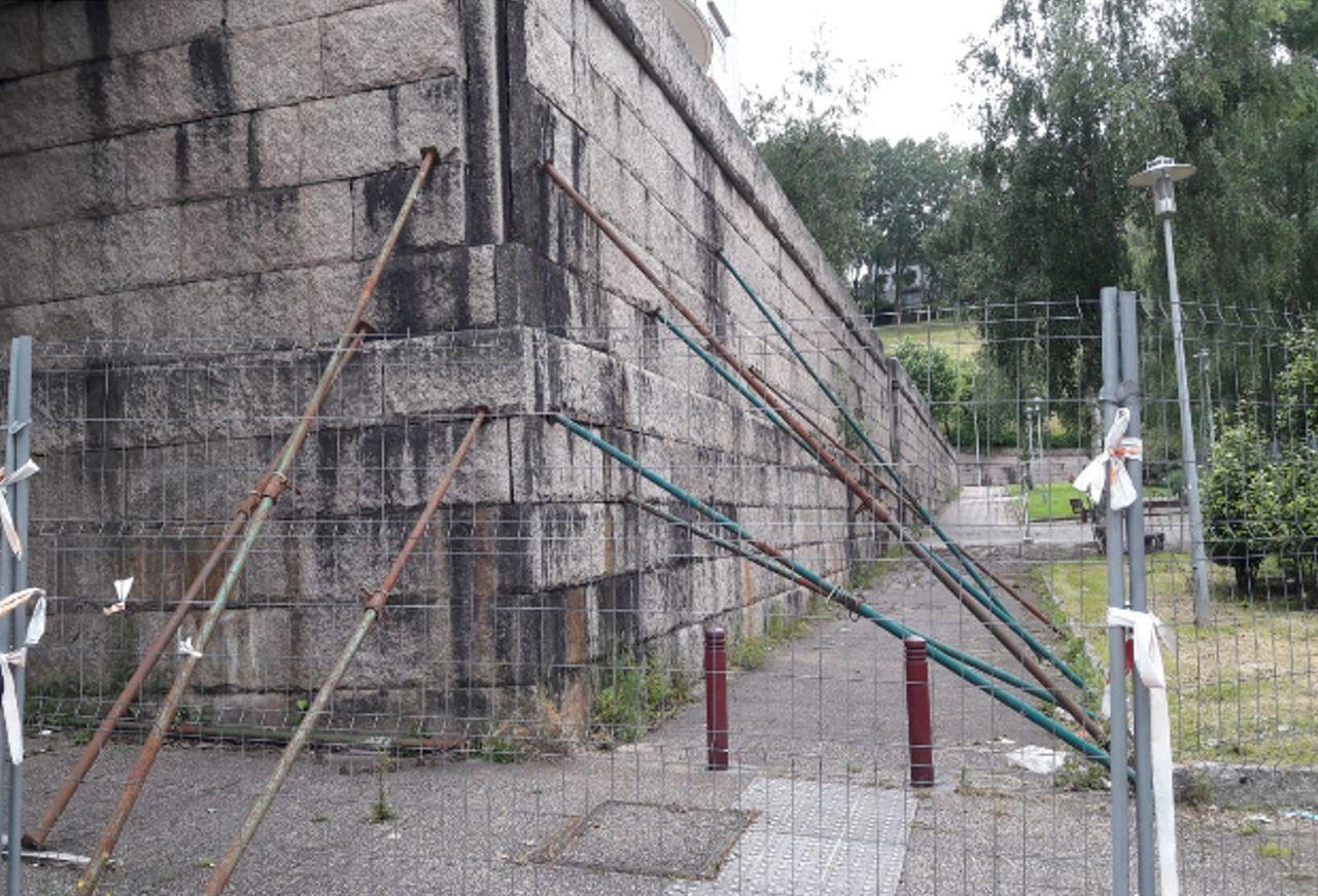 El muro entre las rúas París y Luxemburgo lleva apuntalado desde fnales del año pasado - FOTO: Partido Popular