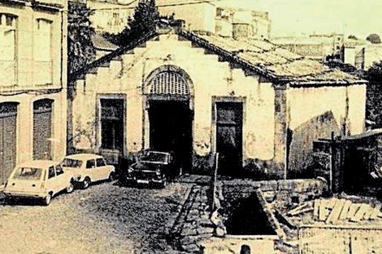 La nave que albergaba el matadero, en la plaza que lleva su nombre, y que posteriormente fue demolida, era del siglo XVI