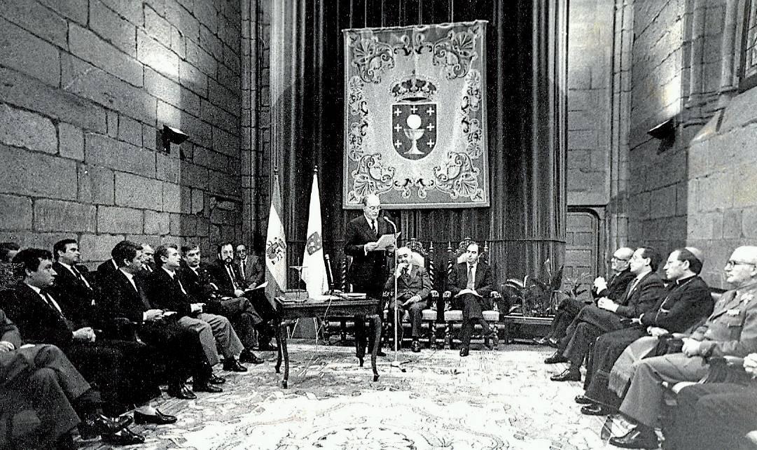 Gerardo Fernández Albor pronunciael discurso de su segunda toma de posesión como presidente de la Xunta en Bonaval en marzo de 1986 - FOTO: MANOLO BLANCO