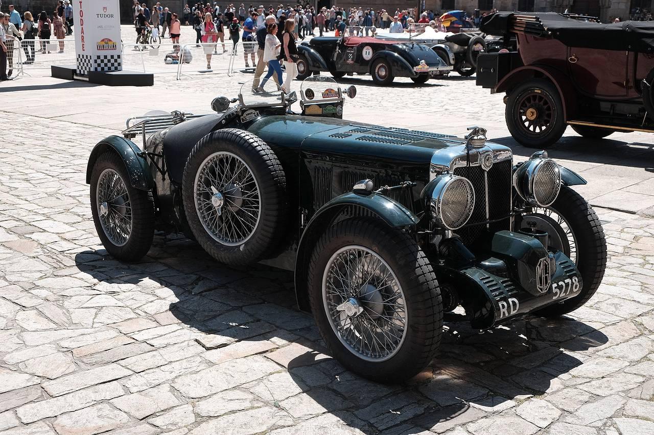 Concentración de coches históricos en la praza do Obradoiro