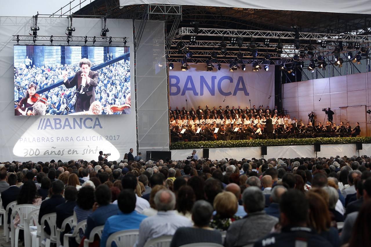 Concierto de la Sinfónica de Galicia dirigida por Gustavo Dudamel, en la compostelana Praza do Obradoiro