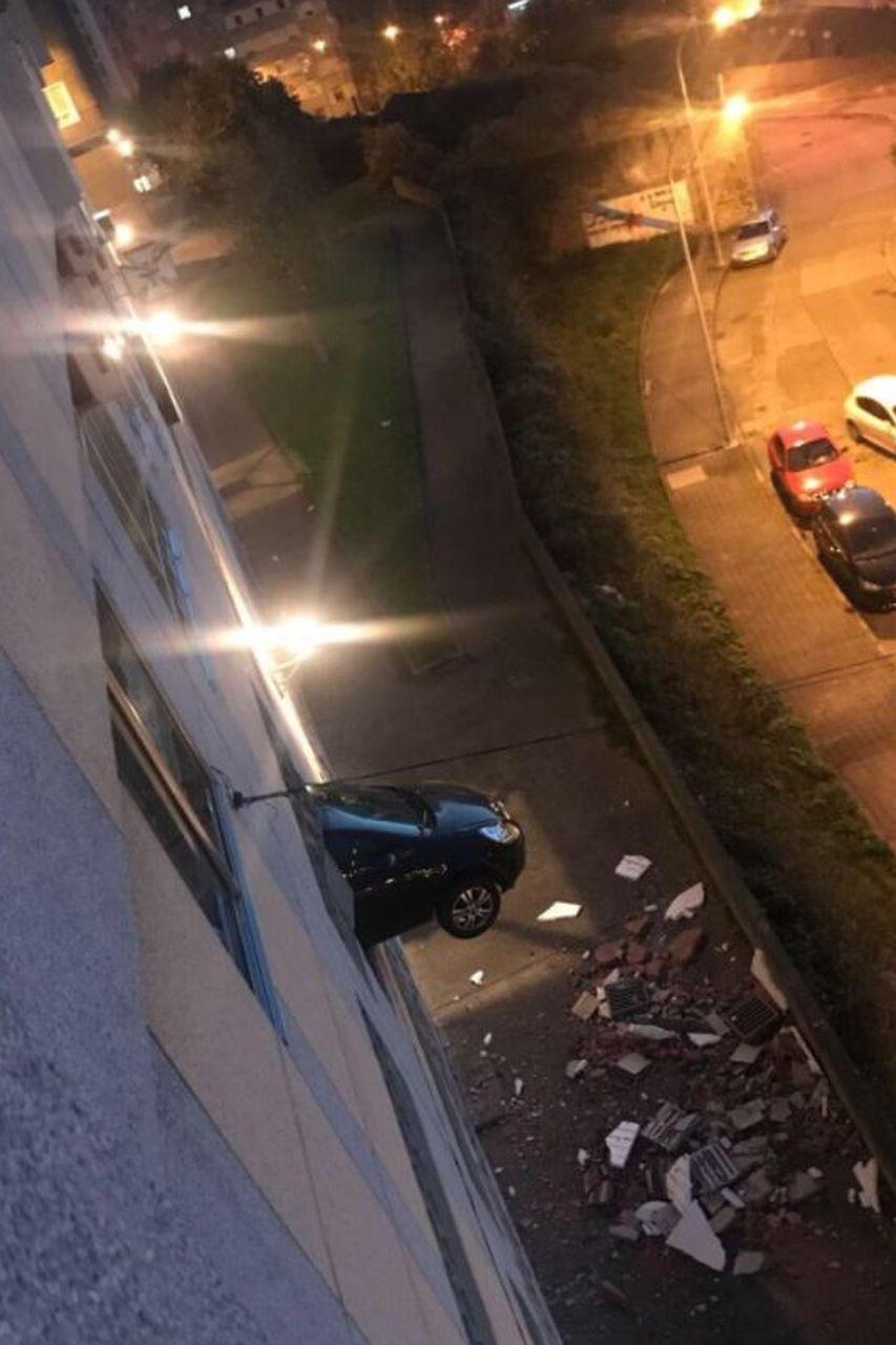 Maniobra mal, y queda suspendida dentro de su coche a varios metros de altura