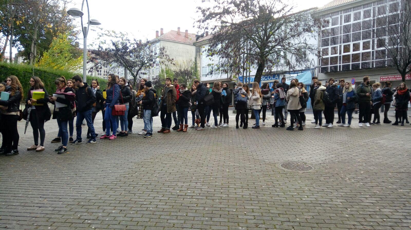 Cola de estudiantes para acceder a la biblioteca Concepción Arenal