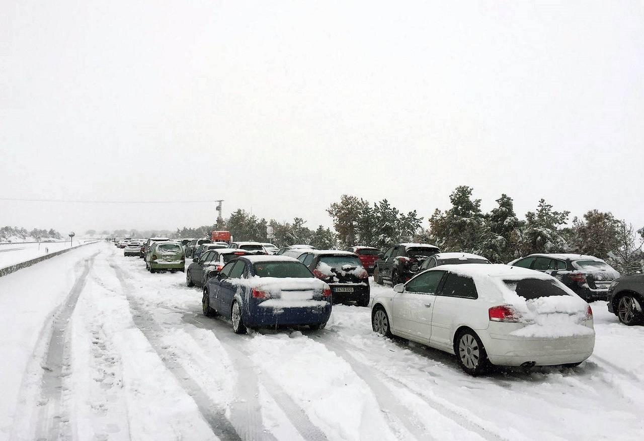 Numerosas familias atrapadas en sus vehículos por la nieve en la AP-6